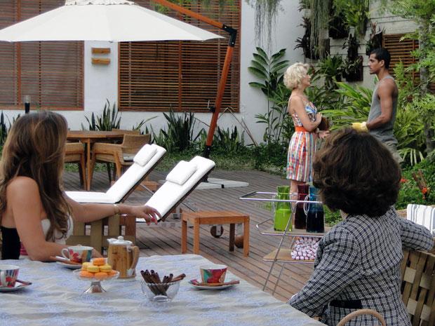 Cris fica indignada ao ver a amiga dando em cima de Matias (Foto: A Vida da Gente - Tv Globo)