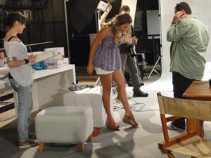 Michele fica apaixonada pelos calçados e se sente à vontade no teste (Foto: Malhação / TV Globo)