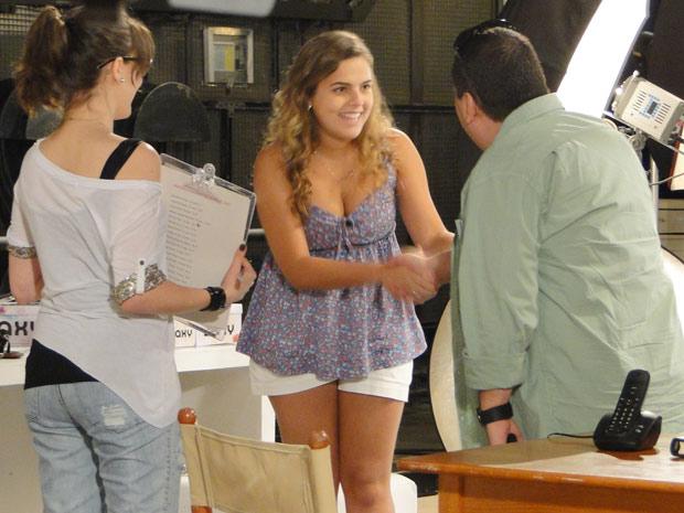 Diretor fica encantado com Michele (Foto: Malhação / TV Globo)