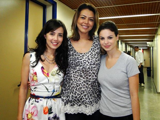 Leila é recebida por Marjorie e Sthefany (Foto: A Vida da Gente / TV Globo)