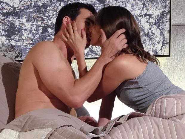 Juan e Letícia se beijam em meio a planos para o futuro (Foto: Fina Estampa / TV Globo)