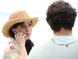 Manu recebe telefonema (Foto: A Vida da Gente/TV Globo)