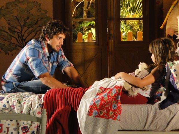 Em casa, pai e filha conversam sobre o que aconteceu na casa de Ana (Foto: A Vida da Gente/TV Globo)
