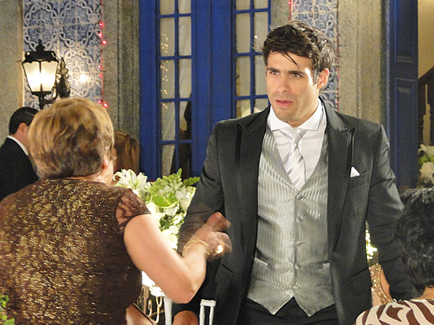 Brites conta para Sebastião que Raíssa desistiu do casamento (Foto: Aquele Beijo/TV Globo)