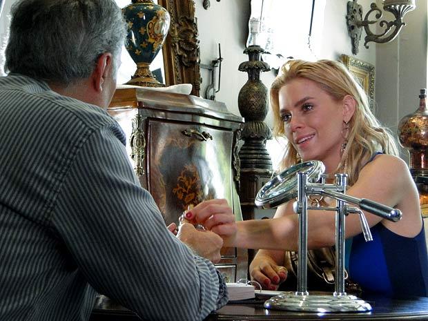 Teodora descobre que tem uma fortuna em mãos (Foto: Fina Estampa / TV Globo)
