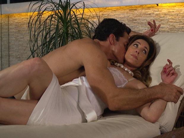 Tereza Cristina deixa Ferdinand beijá-la mesmo que contra sua vontade (Foto: Fina Estampa/ TV Globo)