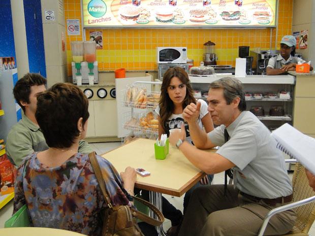 Ademir fica animado com o pagamento misterioso da dívida (Foto: Malhação/TV Globo)