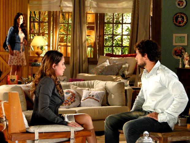 Manu chega e percebe alguma coisa estranha (Foto: A Vida da Gente / TV Globo)