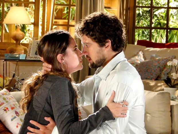 Ana e Rodrigo não conseguem mais esconder o sentimento que ainda está vivo (Foto: A Vida da Gente / TV Globo)