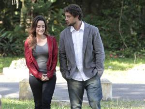 Ana e Rodrigo conversam sobre Júlia (Foto: A Vida da Gente/TV Globo)
