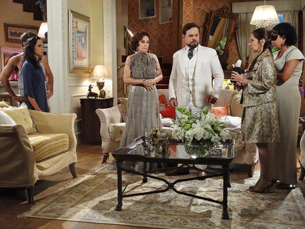 Felizardo fica desconfiado de toda a família (Foto: Aquele Beijo/TV Globo)