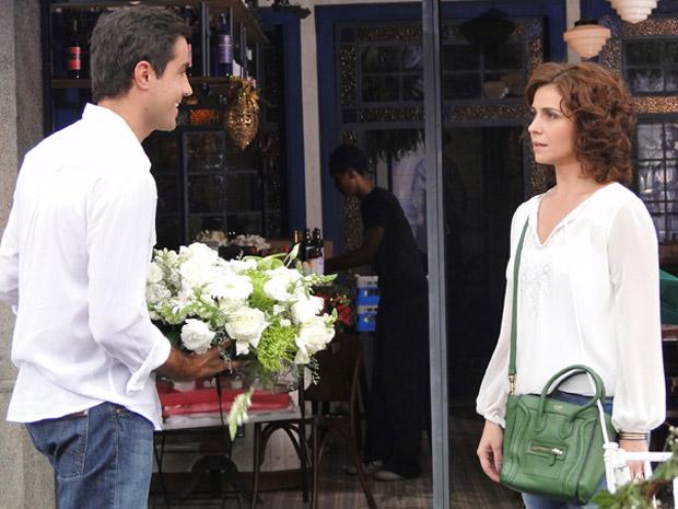 Claudia fica em choque ao descobrir que Vicente vai ser pai (Foto: Aquele Beijo/TV Globo)