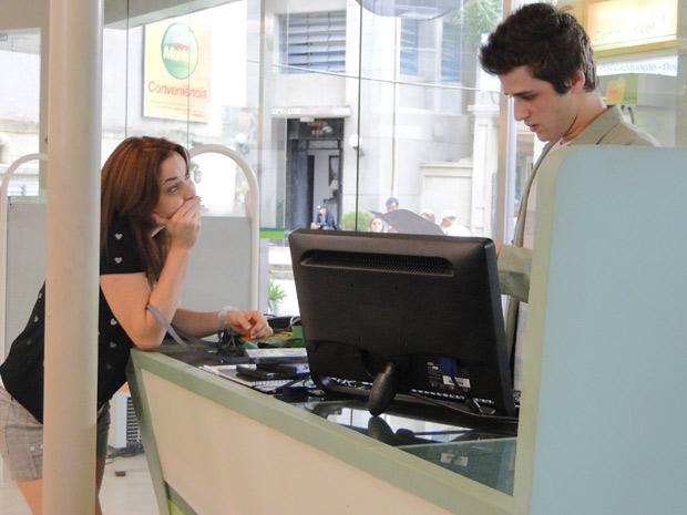 Débora mostra a Guido o extrato da conta de Laura (Foto: Malhação / TV Globo)