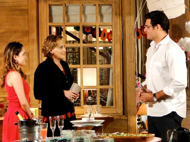 Eva tenta jogar Ana para cima de Lúcia (Foto: A Vida da Gente / TV Globo)