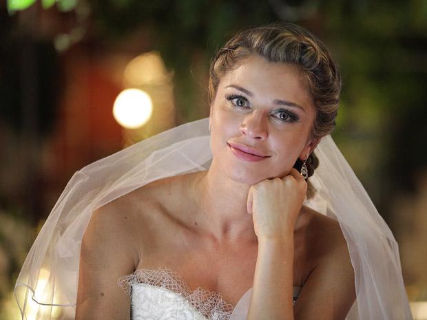 Grazi comenta sobre o vestido de noiva de Lucena (Foto: Aquele Beijo/TV Globo)