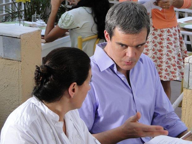 René não quer o dinheiro de Griselda (Foto: Fina Estampa / TV Globo)