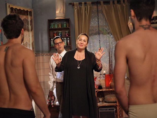 Joselito avisa que Iara está passando dos limites (Foto: Aquele Beijo/TV Globo)