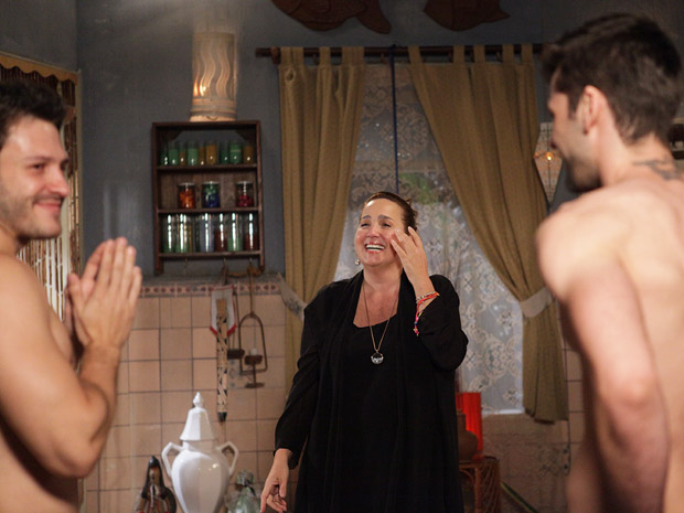 Iara se diverte com os vendedores da Comprare (Foto: Aquele Beijo/TV Globo)