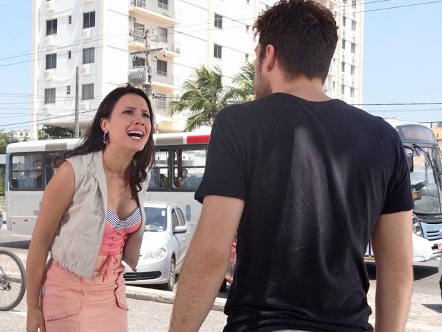 Zuleika discute com Rafael no meio da rua (Foto: Fina Estampa/TV Globo)