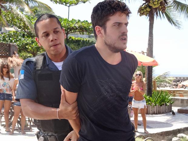 Rafa acaba preso por agredir a moça (Foto: Fina Estampa/TV Globo)