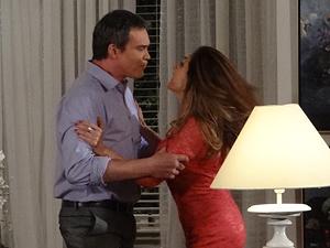 O casal tem uma briga feia (Foto: Fina Estampa / TV Globo)