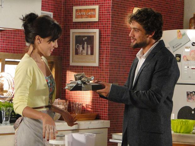 Rodrigo dá presente caro para Manu na tentaiva de amenizar sua culpa (Foto: A Vida da Gente - Tv Globo)