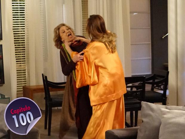 Com raiva, Tereza esgana Íris  (Foto: Fina Estampa/ TV Globo)