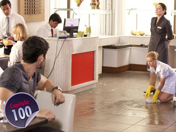 Wallace vê Teodora trabalhando como faxineira no hotel (Foto: Fina Estampa/ TV Globo)