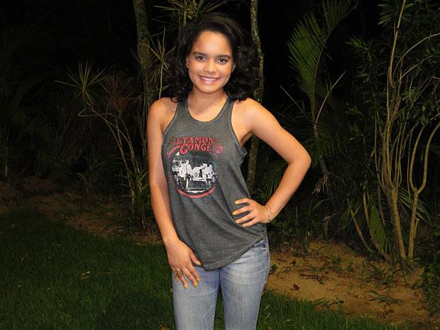 Carol Macedo está feliz com a guinada na carreira de Solange (Foto: Fina Estampa / TV Globo)