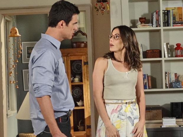 O casal resolve marcar o casamento para o próximo mês (Foto: Fina Estampa/TV Globo)