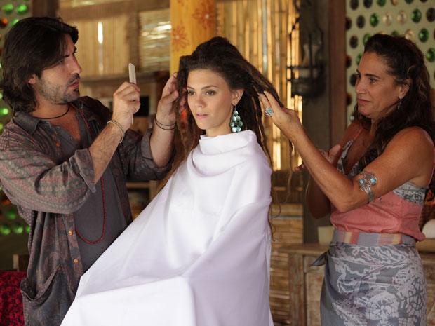 Zambeze e Mandrake cortam os dreads de Luana (Foto: Fina Estampa/TV Globo)