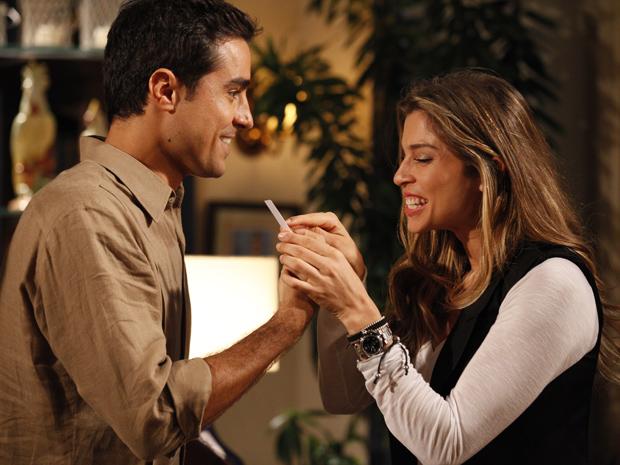 O casal vê o teste de gravidez e vibra  (Foto: Aquele Beijo / TV Globo)