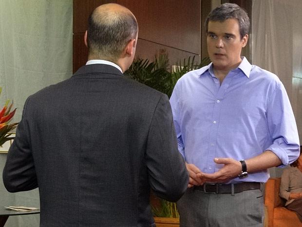 René descobre que Tereza Cristina o deixou sem dinheiro (Foto: Fina Estampa / TV Globo)