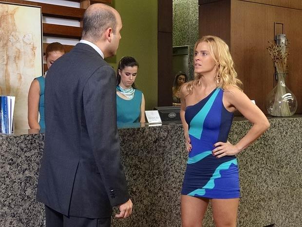 Teodora faz um escândalo na recepção do hotel (Foto: Fina Estampa / TV Globo)