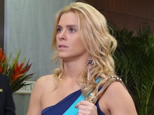 A loira lamenta perder o emprego (Foto: Fina Estampa / TV Globo)