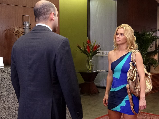 Teodora fica arrasada ao ser demitida (Foto: Fina Estampa / TV Globo)