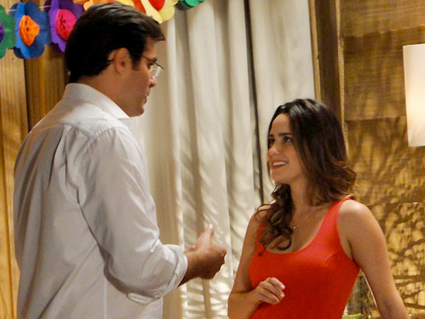 Ana vai à festa de Manu acompanhada de Lúcio (Foto: A Vida da Gente/TV Globo)