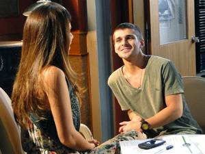 Tomás choga charme para Cristal (Foto: Malhação / TV Globo)
