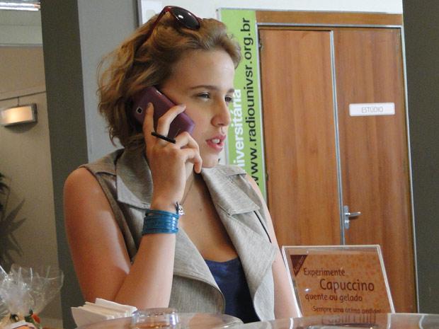 Babi atende ligação de Betão (Foto: Malhação / TV Globo)