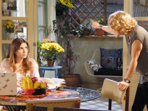 Babi aconselha Cristal a ir conversar com Gabriel (Foto: Malhação / TV Globo)
