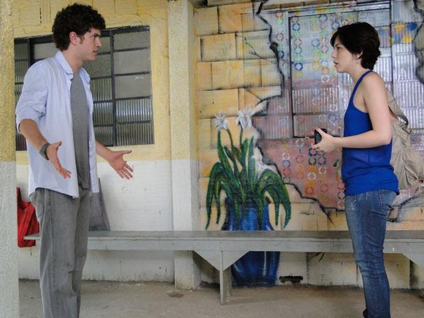 Alexia dá de cara com Gabriel na Comunidade dos Anjos (Foto: Malhação/TV Globo)