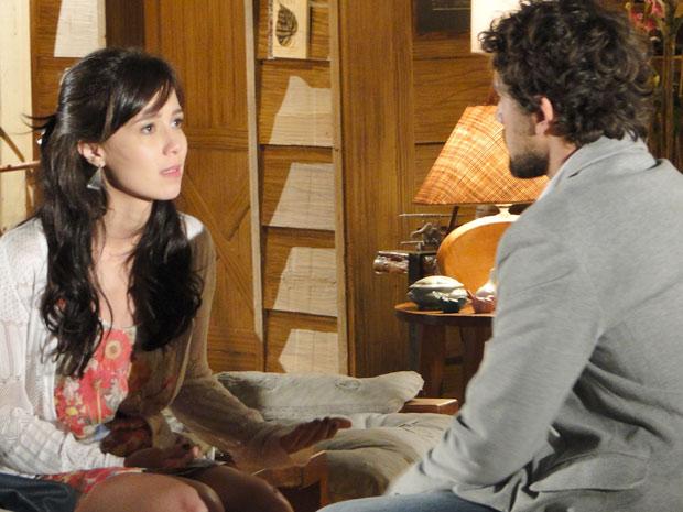 Júlia escuta escondida a conversa de Manu e Rodrigo (Foto: A Vida da Gente/TV Globo)