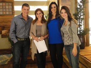 Marina Elali visita estúdios de A Vida da Gente e posa com elenco (Foto: A Vida da Gente/TV Globo)