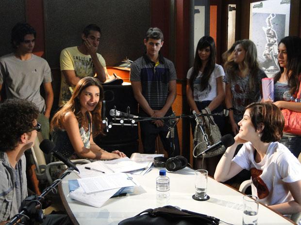 """Todos estão prontos para gravar o primeiro programa do """"Tudo Conectado"""" (Foto: Malhação/TV Globo)"""