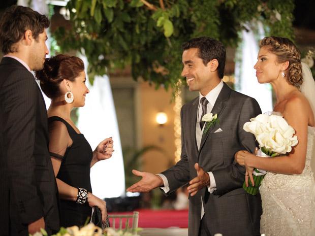 Vicente e Lucena recebem os cumprimentos de Claudia e Rubinho (Foto: Aquele Beijo/TV Globo)