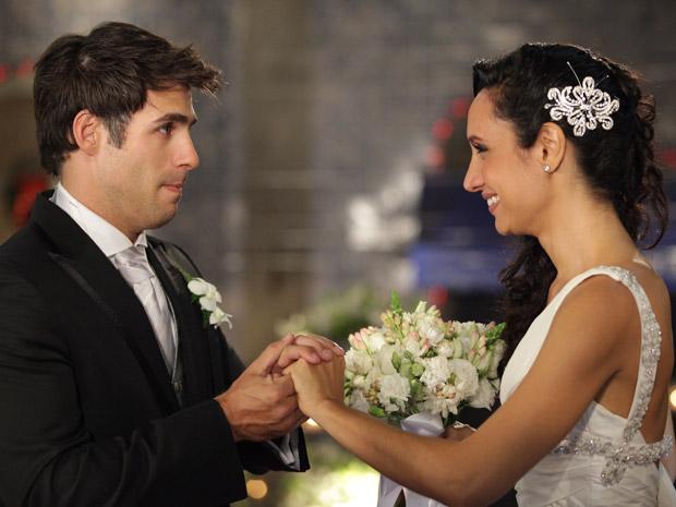 Sebastião e Raíssa se casam mesmo sem aliança (Foto: Aquele Beijo/TV Globo)