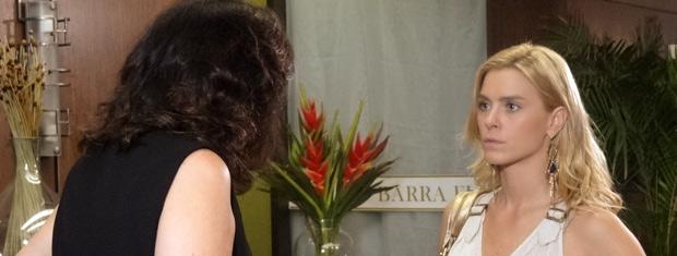 Teodora conta que está trabalhando  (Foto: Fina Estampa/ TV Globo)