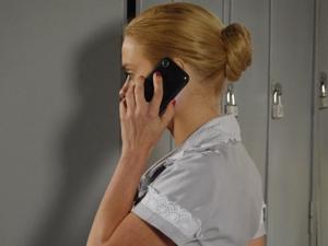 Teodora recebe a notícia de Dr Mônica (Foto: Fina Estampa/TV Globo)
