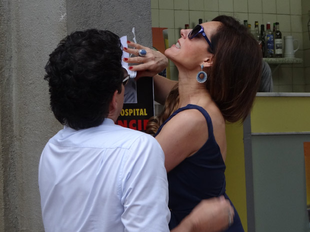 A perua arranca o cartaz com as próprias mãos (Foto: Fina Estampa/TV Globo)