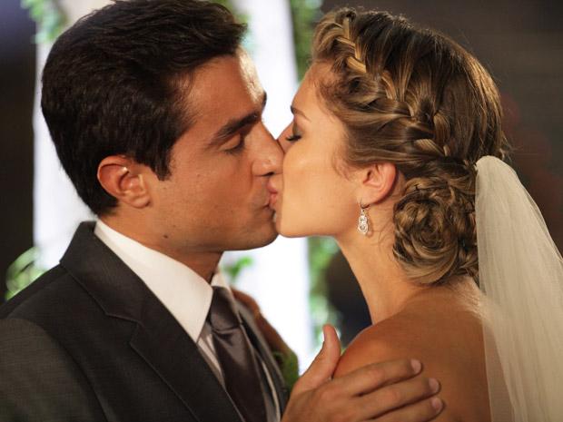Vicente e Lucena se beijam após o sim (Foto: Aquele Beijo/TV Globo)